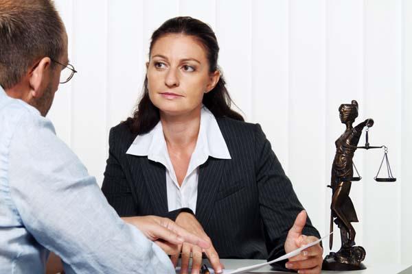 Unternehmerin liest einen Brief im Büro. Nachricht  vom Anwalt oder Finanzamt.